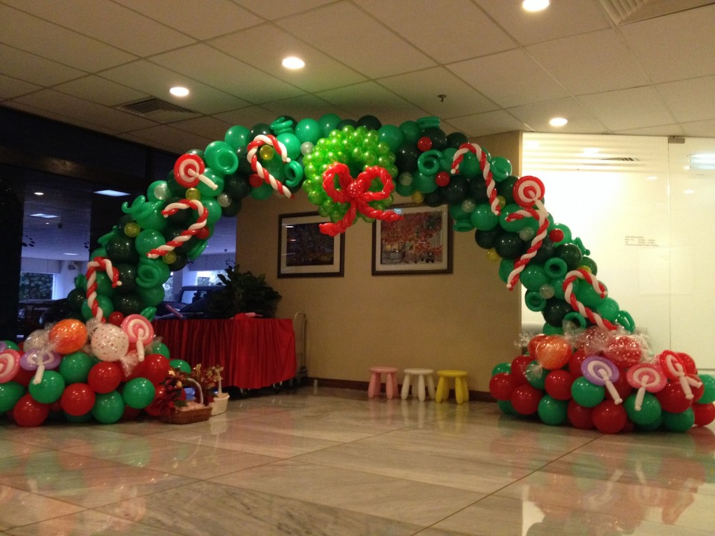christmas-candies-balloon-arch